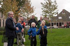 Wethouder Meijer overhandigde jonge voetballertjes van de Overtoom (Castricum) afgelopen week twee doeltjes