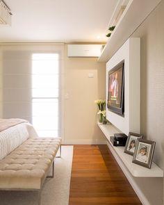 Cor marfim: 50 ideias para te convencer a apostar nessa tendência Design Living Room, Modern Bedroom Design, Contemporary Bedroom, Modern Contemporary, Apartment Interior, Bedroom Apartment, Home Interior, Bedroom Rugs, Wood Bedroom