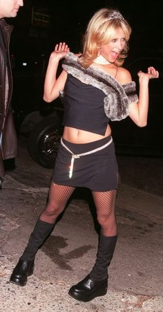 Model Paris Hilton arrives at the Las Palmas Club December 2000 in Hollywood, CA. Get premium, high resolution news photos at Getty Images Paris Hilton, 2000s Fashion Trends, Early 2000s Fashion, Paris And Nicole, Divas, Punk Fashion, Fashion Outfits, Grunge, Chinese