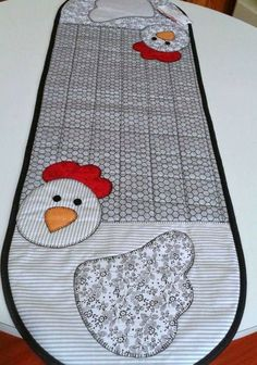 Chicken table runner or double oven mitt inspiration Quilted Table Runners Christmas, Table Runner And Placemats, Table Runner Pattern, Small Quilt Projects, Quilting Projects, Sewing Projects, Small Quilts, Mini Quilts, Watercolor Quilt