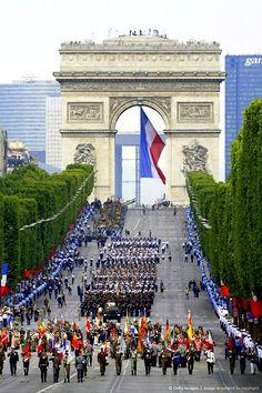 Fiesta nacional del 14 de julio en conmemoración de la toma de la Bastilla del 14 de julio de 1789, en la  cada año se celebra un gran desfile militar en los Campos Elíseos al que asiste el presidente de la República y todos los cuerpos constituidos. También hay fuegos artificiales y bailes populares en todas las ciudades de Francia.