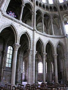 transept cathédrale de Soissons, achevée années 1180.    Une élévation à 4 niveaux: gdes arcades, tribunes larges, triforium= arcatures ouvertes ds combles du toit des bas cotés. Fenêtres htes. Retombée des voutes bien sous fenêtres htes, niveau triforium, à un pt qu'il faut venir bouter. Il faut imaginer derrière ces pts stratégiques un mur boutant.    Le croisillon sud du transept de la cathédrale avec ses tribunes. Arcade, Saint Gervais, Historical Architecture, 12th Century, Mosque, Barcelona Cathedral, Notre Dame, Gothic, Saints