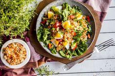 Disse friske og næringsrike sommersalatene er laget med få ingredienser og er klare på under 15 minutter. Oppskriftene får du her! Frisk, Ethnic Recipes, Food, Bulgur, Red Peppers, Meals, Yemek, Eten