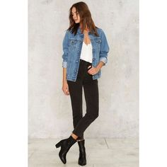 Jaqueta jeans blusa branca calça skinny preta ankle boot preta The post Como ser chique usando jeans appeared first on Jean. Denim Overalls, Denim Outfit, Denim Jacket Outfits, Oversized Denim Jacket Outfit, Look Camisa Jeans, Oversize Look, Jean Jacket Styles, Cooler Look, Look Cool