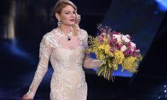 La cantante emozionata al suo esordio da conduttrice sul palco dell'Ariston accanto a Carlo Conti, Arisa e Rocio Munoz Morales