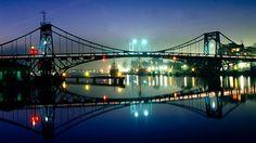 8 puentes móviles que vale la pena conocer. Kaiser Wilhelm Brucke, puerto de Wilhelmshaven, Alemania. Con 159 metros de extensión, cuando se habilitó al tráfico en 1907 era el puente giratorio más grande del mundo, sostenido por dos pilares de 20 metros de altura. Sobre el Mar del Norte, Wilhelmshaven es la base naval alemana más importante desde finales del siglo XIX.