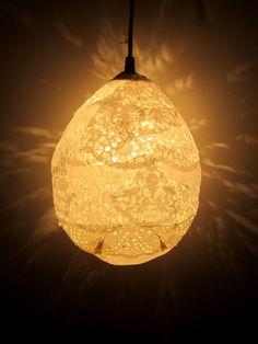 Minden ötletből kifogytunk, de kezünkbe került a nagymama csipketerítője, amit felhasználtunk más célra is. Készítsünk belőle egyedi csipkés lámpaburát.