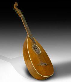 """MÚSICA. GUITARRA LAÚD  Dentro de las tradiciones europeas de instrumentos relacionados con el laúd, en Alemania se sigue construyendo un modelo que se conoce como guitarra-laúd o """"rundlauten"""", y que, conservando la forma del laúd, presenta la encordadura y la afinación de la guitarra.   La diversidad de laúdes que se ha dado en Europa ha sido enorme, habiendo variado con frecuencia el numero de cuerdas, la afinación, el tamaño, etc, dependiendo de las distintas zonas y de las diferentes…"""
