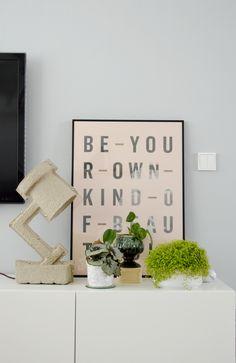 Combineer net als blogger draadenspijker een lichtgrijze kleur verf met hout en witte meubelen voor een interieur met een Scandinavisch tintje! > https://www.kwantum.nl/voor-niks-geverfd/review-muurverf #voorniksgeverfd #verf #interieur #wonen #kwantum