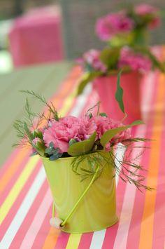 Centros de mesa sencillos y alegres: cubitos con clavles. #decoracionfloral #decoracionconflores #centrosdemesa #floristeriamadrid #quedeflores