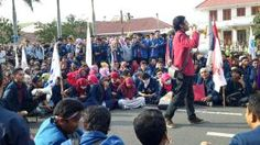 Elgi Zulfakar Diniy (Presiden BEM UMM) yang mewakili Mahasiswa Universitas Muhammadiyah Malang dalam orasinya menyerukan media tak bungkam soal demonstrasi yang dilakukan oleh Mahasiswa Seluruh Indonesia soal #RaporMerahJokowi. Tak ragu Ia tantang media untuk mencatat semua pesan yang disampaikan oleh mahasiswa Jawa Timur terkait #RaporMerahJokowi.
