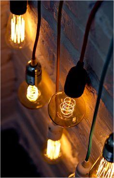 Ciepłe światło uzyskane dzięki połączeniu opraw Bulb Attack i edisonowskich żarówek tworzy niesamowity nastrój.