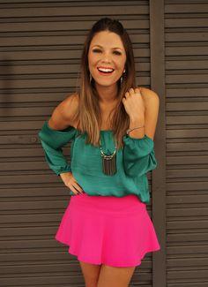Acho que pink e verde - em tom mais fechado - dá super certo! A blusa ciganinha deixa o visual bem delicado. Quero copiar!