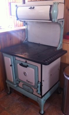 Antique wood stove green and cream! Antique Wood Stove, How To Antique Wood, Old Stove, Farm Tables, Wood Burner, Old Kitchen, Stoves, Fireplaces, Kitchens
