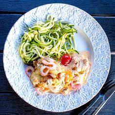 Hej finisar! Här är det strandhäng för hela slanten! Passar på när vädret är så här! Premiärdopp i gårkväll minsann! ☀️?⛱ Oj oj vilken gooooood gratäng det blev igår! MUMS! Jag har lite same same but different här i bloggen men denna blev godaste ever! Prova denna! Kanske redan ikväll? =) Jag strimlade Zoodles till, […] Shrimp Dishes, Mindful Eating, Low Carb Recipes, Love Food, Seafood, Cabbage, Spaghetti, Food Porn, Food And Drink