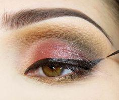 Na całą powiekę ruchomą wklepuję delikatnie połyskujący cień i rysuję kreskę eyelinerem w żelu Eyeliner, Makeup, Make Up, Eye Liner, Beauty Makeup, Eyeliner Pencil, Bronzer Makeup