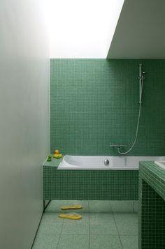 Carrelage salle de bains : et si on carrelait aussi la baignoire ? - Côté Maison