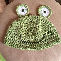 crochet frog hat =)