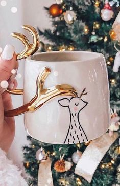 Creative Christmas Mugs Designs - Page 19 of 26 - newyearlights. com - mugs;mugs diy;christmas mugs;christmas w - Diy Christmas Mugs, Christmas Mood, Noel Christmas, Christmas Design, Christmas Nails, Christmas Wreaths, Christmas Decorations, Christmas Coffee, Christmas Fashion