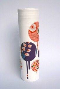 """La """"Blossom Collection"""" è una collezione di vasi in porcellana ideata della designer Nadia Pignatone e caratterizzata per il suo chiaro riferimento al design orientale e alle sue decorazioni.  I vasi sono bianchi, in porcellana satinata e sulla superficie sono disegnati dei ritagli di kimono giapponesi sagomati al laser."""