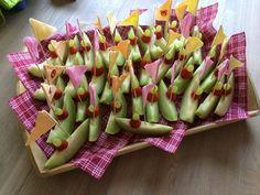 Gezonde traktatie: een bootje gemaakt met meloen, aardbei en druif. Leuk vlaggetje erop, bijv. Mirthe 3 jaar, klaar!