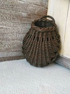 Ideas Basket On Wall Wicker Baskets On Wall, Hanging Baskets, Wall Basket, Paper Basket, Basket Bag, Willow Weaving, Basket Weaving, Traditional Baskets, Square Baskets