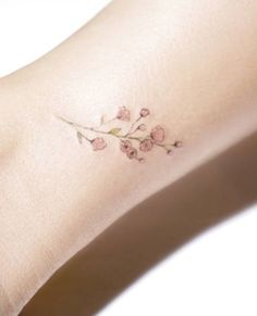Baby's breath in white is pretty, but in pink is even more delightful. Tattoo by @tattoo_mochi