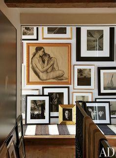 An artful arrangement decorates a hallway in a Manhattan duplex by Alfredo Paredes. / Architectural Digest