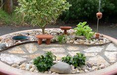 kleine-gärten-gestalten-runde-steine-bonsai-allee