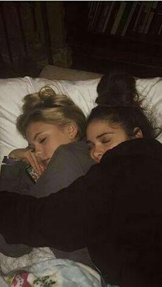 Cute Lesbian Couples, Cute Couples Goals, Lesbian Love, Cute Friend Pictures, Friend Photos, Teen Couple Pictures, Family Pictures, Couples Lesbiens Mignons, Shooting Photo Amis