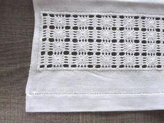 Pano de Pratos, em tecido 100% algodão, super absorvente.  Bordado em ponto crivo e com barrado em ajour.  Muito simples e delicado, é um acessório para sua cozinha ficar mais elegante!  Um produto ótimo para se presentear!