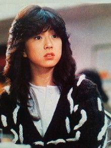 1985年には映画「愛・旅立ち」に出演し歌手活動と並行して本格的に女優としても活動を開始。