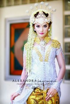 Sunda siger A traditional bride style from West Java,Indonesia. www.alexandralaurine.com #sundasiger #traditionalbrides #bride #makeup #weddingmakeup #siger #sunda #imdonesia