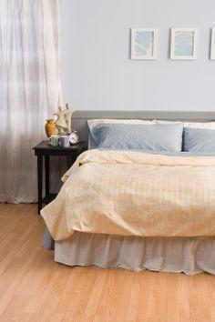 ¿Quiéres redecorar tu habitación y todavía no sabes cómo hacerlo?, pues empieza por renovar el color de las paredes.  Si lo que se deseas es que la habitación inspire un ambiente sosegado, de paz y calma, entonces la combinación ideal que puedes se debe basar en colores fríos como el verde, azul o violeta, combinando un color cálido para equilibrar.