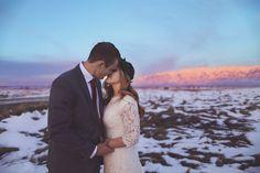 In Salt Lake City, USA, gaben sich Breanna und Jake das Jawort und zelebrierten dies mit einer wunderschön gestalteten Feier und zauberhaften Fotos vor winterlicher Kulisse. Diese Hochzeit im Winter ist eine fantastische Inspirationsquelle für alle, die eine rustikale Hochzeit mit viel selbstgemachter Deko feiern möchten und dabei nicht auf Eleganz und einen Hauch Glamour verzichten wollen.