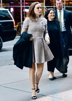 Natalie Portman's Maternity Style - October The pregnant star channeled Jackie Kennedy, in a gorgeous tweed Chanel zip-up dress with black strappy heels. Stylish Maternity, Maternity Fashion, Maternity Dresses, Maternity Styles, Maternity Swimwear, Jackie Kennedy, Celebrity Moms, Celebrity Style, Celebrity Photos