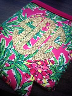 Glitter monogram Lilly koozie.
