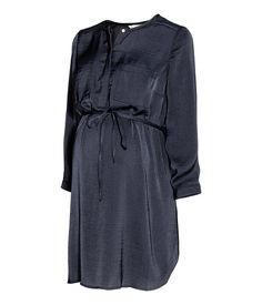 MAMA Satin tunic: Tunic in lightly crinkled satin with a concealed button placket, chest pockets, sleeves with buttons at the cuffs and a gently rounded hem. Narrow, detachable tie at the waist. Maternity Wear, Maternity Dresses, Maternity Fashion, H&m Fashion, Fashion Online, Satin Bleu, Nursing Clothes, Dresses For Work, Sleeves
