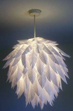 Paper feathers really dress up this ordinary while globe! Could do all sorts of paper crafts on one, as long as the globe itself doesn't get too warm! Diy Simple, Easy Diy, Paper Chandelier, Chandelier Ideas, Chandeliers, Feather Lamp, Paper Feathers, Ostrich Feathers, Papier Diy