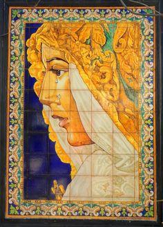 Mural de azulejos cerámicos pintados represaentando a la Esperanza Macarena  y realizado en los talleres de Cerámica Montalbán de Sevilla