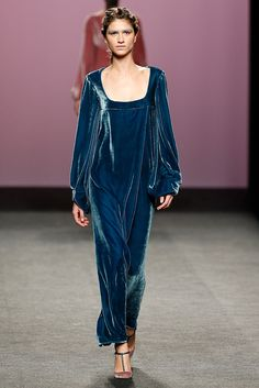 MBFW Madrid 2017/2018 Marcos Luengo Vestido corte imperio en terciopelo azul Moda Madrid, Fabulous Dresses, Vogue, Evening Gowns, Casual Dresses, Fashion Show, Cover Up, Dressing, Classy