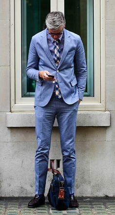 青で統一したスーツスタイルにギンガムチェックのネクタイがおしゃれです。