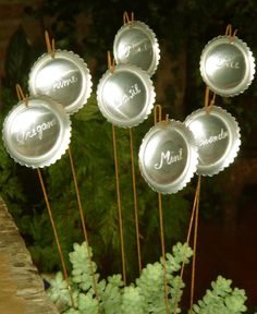 Plant markers made from the bottom of pop cans. Herb Garden Design, Diy Herb Garden, Garden Signs, Garden Crafts, Garden Projects, Garden Art, Garden Labels, Plant Labels, Herb Labels