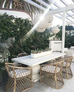 Beautiful Indoor And Outdoor Beach Dining Spaces Ideas To Copy Asap Backyard Beach, Backyard Patio, Backyard Landscaping, Landscaping Ideas, Outdoor Dining Chairs, Outdoor Living, Outdoor Furniture Sets, Outdoor Decor, Modern Outdoor Kitchen
