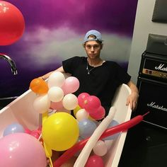 Luke Hemmings 2016 ♡ // I CANT BELIEVE LYING IN A BATHTUB FULL OF BALLOONS COULD BE SO HOT @starrybeauty