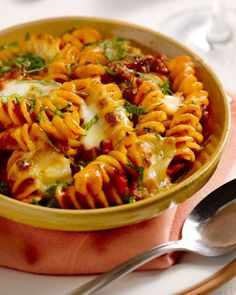 A simple and heart-warming casserole, this fusilli with minced meat and mozzarella. Tip: you can also use minced meat from chipolata sausages, taste bomb! Diner Recipes, Lunch Recipes, Pasta Recipes, Healthy Recipes, Fusilli, Homemade Pasta, Quick Meals, Mozzarella, Food Dishes