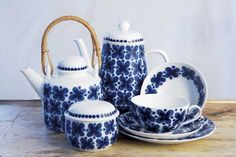 My favorite series in Rörstrand, Mon Amie Swedish Design, Scandinavian Design, Tea Party Table, Blue And White China, Teapots And Cups, Tea Art, China Patterns, Kitchen Items, Retro Design