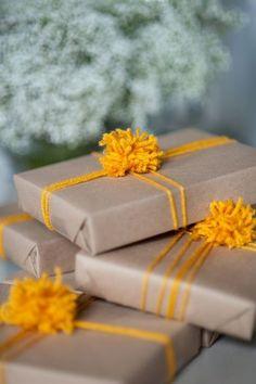 プレゼントに季節感をプラスするならば毛糸がつかえます!フワッとした柔らかさや色とりどりのカラーがどんなイメージにも変えてくれます。