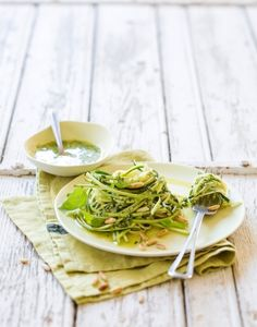 Print Recipe Spaghetti with zucchini and pesto This spaghetti recipe with zucchini and pesto is a real treat! You can make zucchini spaghetti with a spiralizer or a simple saver . Zucchini Spaghetti, Spaghetti Recipes, Healthy Snacks, Healthy Eating, Healthy Recipes, Sandwiches Gourmets, Pesto, Large Salad Bowl, Gnocchi