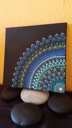 Der schwarze Hintergrund bietet einen starken Kontrast, so dass das Mandala springt. Leinwand Größe: 20x20cm. Fertig zum Aufhängen an der Wand oder einfach ein einzigartiges Geschenk für jedermann. Ein sehr wunderliches Gemälde für jedes Alter zu schätzen wissen. Punkt Gemälde